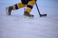 Jugador del hockey sobre hielo en la acción Imagenes de archivo