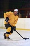 Jugador del hockey sobre hielo en la acción Fotografía de archivo