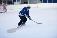 Jugador del hockey sobre hielo en la acción Foto de archivo