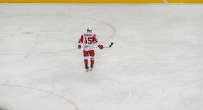 Jugador del hockey sobre hielo que patina solamente fotografía de archivo