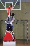 Jugador del juego de bola de la cesta en el pasillo de deporte fotos de archivo