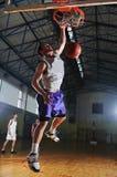 Jugador del juego de bola de la cesta en el pasillo de deporte Foto de archivo