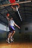 Jugador del juego de bola de la cesta en el pasillo de deporte Imagenes de archivo