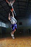 Jugador del juego de bola de la cesta en el pasillo de deporte Fotografía de archivo libre de regalías