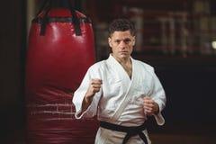 Jugador del karate que practica en estudio de la aptitud Imagen de archivo