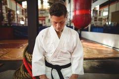 Jugador del karate que se sienta en la posición del seiza Imagen de archivo