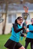 Jugador del lacrosse con el ojo en la bola fotos de archivo