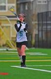 Jugador del lacrosse de las muchachas que pasa la bola Imágenes de archivo libres de regalías