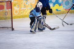 Jugador del portero del hockey sobre hielo en meta en la acción Imagen de archivo libre de regalías