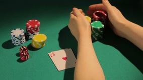 Jugador del principio afortunado ganar el juego de póker con los pares de aces, tomando el primer aumento almacen de metraje de vídeo