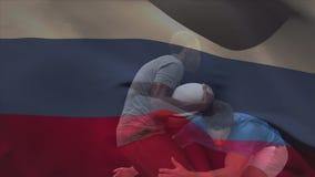 Jugador del rugbi que aborda al jugador en posesión de la bola contra una bandera rusa stock de ilustración