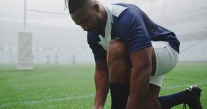 Jugador del rugbi que ata cordones en el estadio 4k metrajes