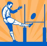 Jugador del rugbi que golpea la bola con el pie Fotografía de archivo libre de regalías