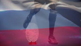 Jugador del rugbi que golpea la bola con el pie con una bandera rusa en el fondo ilustración del vector