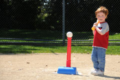 Jugador del T-ball hasta palo Imagen de archivo libre de regalías