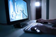 Jugador del videojuego que juega el videojuego de los fps en línea Individuo con el ordenador del PC de sobremesa Concepto de Esp imagen de archivo