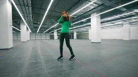 Jugador del violín que se realiza en un cuarto vacío del offcie metrajes