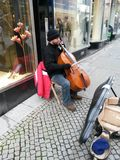 Jugador del violoncelo de la calle Foto de archivo