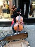 Jugador del violoncelo de la calle Foto de archivo libre de regalías
