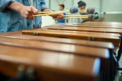 Jugador del xilófono, del marimba o del mazo con los palillos, Fotos de archivo libres de regalías