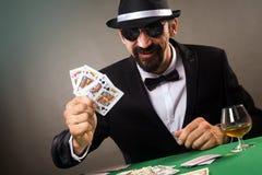 Jugador elegante que juega el póker Imagen de archivo libre de regalías