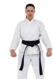 Jugador femenino del karate que presenta en el fondo blanco Fotos de archivo libres de regalías
