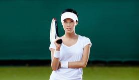 Jugador femenino en el campo de tenis Foto de archivo libre de regalías