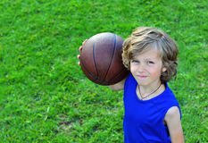 Jugador joven alegre con un baloncesto Imagen de archivo libre de regalías