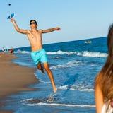 Jugador joven de la bola del choque de la playa en la acción. Imagen de archivo libre de regalías