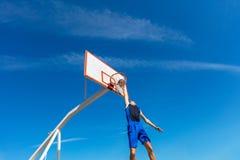 Jugador joven de la calle del baloncesto que hace clavada Fotografía de archivo