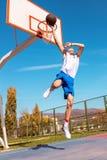 Jugador joven de la calle del baloncesto que hace clavada Imagenes de archivo