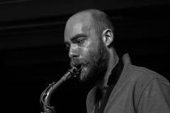 Jugador joven del saxophon Foto de archivo libre de regalías