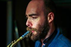 Jugador joven del saxophon Fotos de archivo