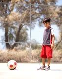 Jugador joven listo para jugar a fútbol Foto de archivo