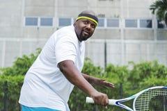 Jugador listo para golpear una pelota de tenis fotos de archivo libres de regalías