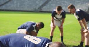 Jugador masculino del rugbi decepcionado después de partido perdidoso en el estadio 4k almacen de metraje de vídeo