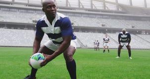 Jugador masculino del rugbi que juega el partido del rugbi en el estadio 4k almacen de video