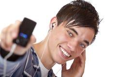 Jugador masculino joven de la música que escucha mp3 y de las demostraciones Imagenes de archivo