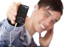 Jugador masculino joven de la música que escucha mp3 y de las demostraciones Fotos de archivo