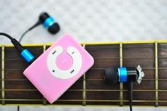 Jugador MP3 y guitarra. Imagen de archivo libre de regalías