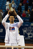 Jugador N.Djokovic con el trofeo del campeonato Fotos de archivo