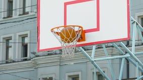 Jugador negro del streetball que trae los puntos extra para el equipo, partido de deportes que gana almacen de video