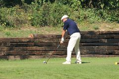Jugador no identificado en el campo de golf Foto de archivo libre de regalías