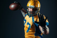 Jugador ofensivo del fútbol americano con la bola imágenes de archivo libres de regalías
