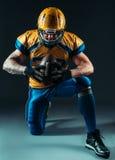 Jugador ofensivo del fútbol americano con la bola fotos de archivo