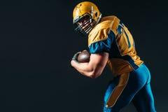 Jugador ofensivo del fútbol americano con la bola fotografía de archivo libre de regalías