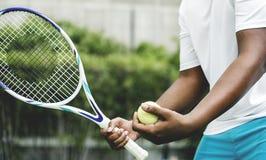 Jugador que consigue listo para un servicio en tenis fotografía de archivo