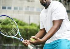 Jugador que consigue listo para un servicio en tenis imagenes de archivo