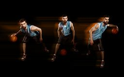 Jugador que gotea un baloncesto fotos de archivo