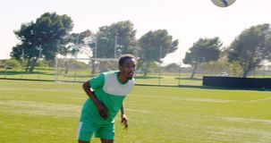 Jugador que juega a fútbol en el campo 4k almacen de video